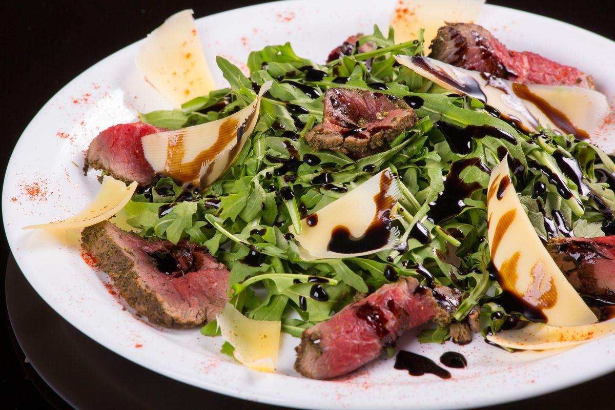 Салат из рукколы с ростбифом
